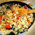 Warzywno-pieczarkowy ryż z patelni. Lekki obiad lub syta kolacja.