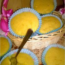 Złote kukurydziane babeczki z gruszką