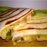 Idealne na mecz – grillowane tortille z pieczarkami, żółtym serem i ogóreczkiem