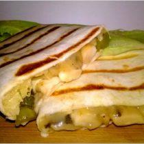 Grillowane tortille z pieczarkami, żółtym serem i ogóreczkiem (1)