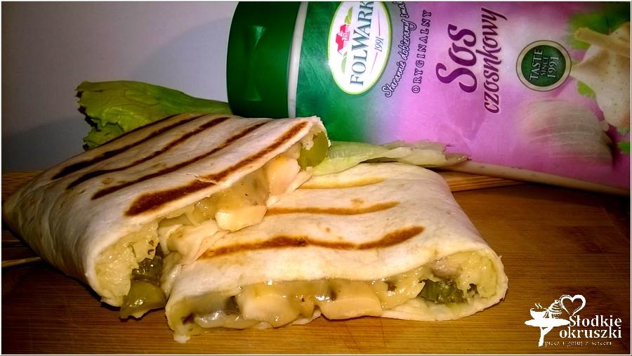 Grillowane tortille z pieczarkami, żółtym serem i ogóreczkiem (2)