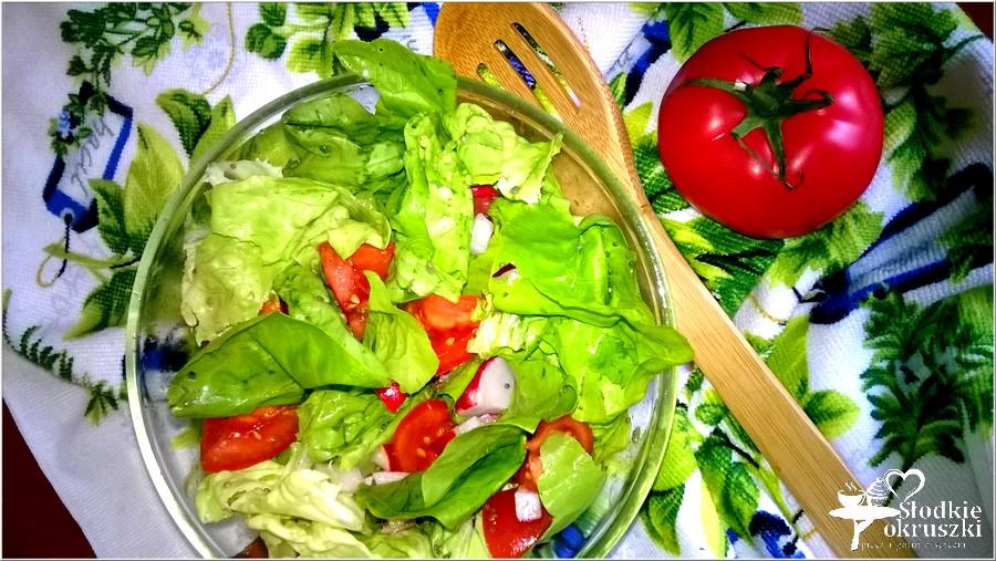 Lekka sałatka z pomidorem, rzodkiewką i chia (1)
