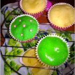Mleczne babeczki z ananasem ze słodką zieloną łączką