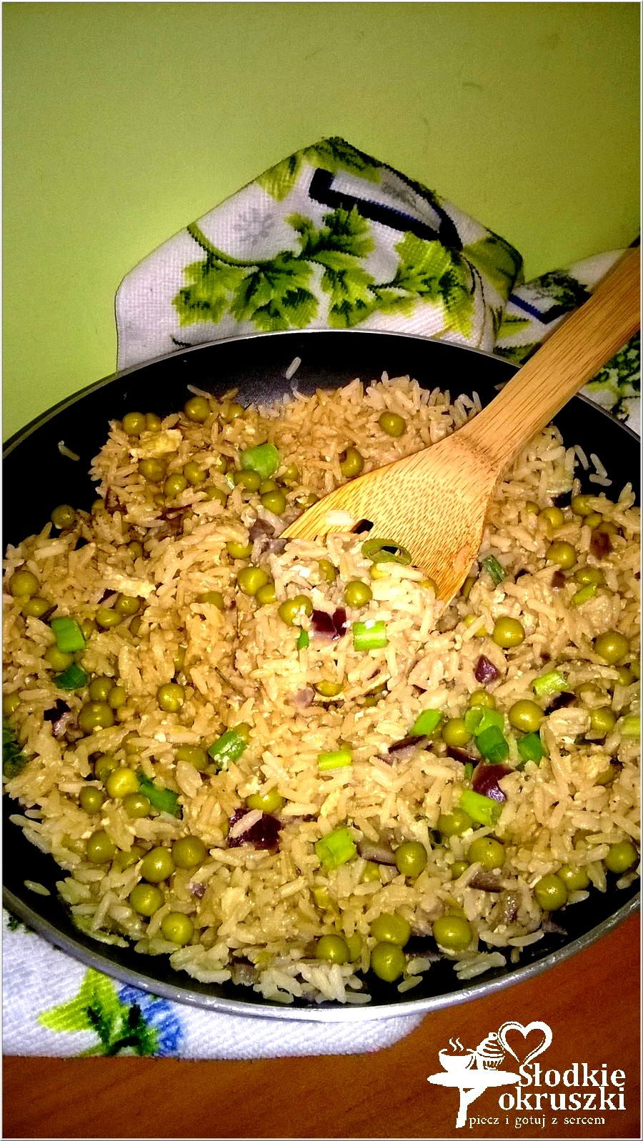 Smażony ryż z jajkiem i zielonym groszkiem (1)