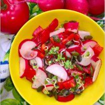 Zdrowa czerwono-zielona sałatka z pestkami dyni