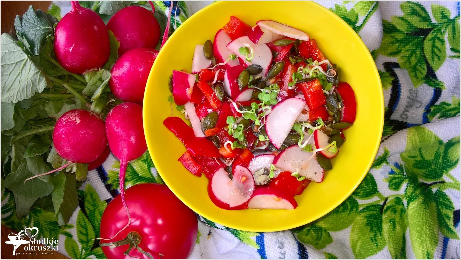 Zdrowa czerwono-zielona sałatka z pestkami dyni (3)