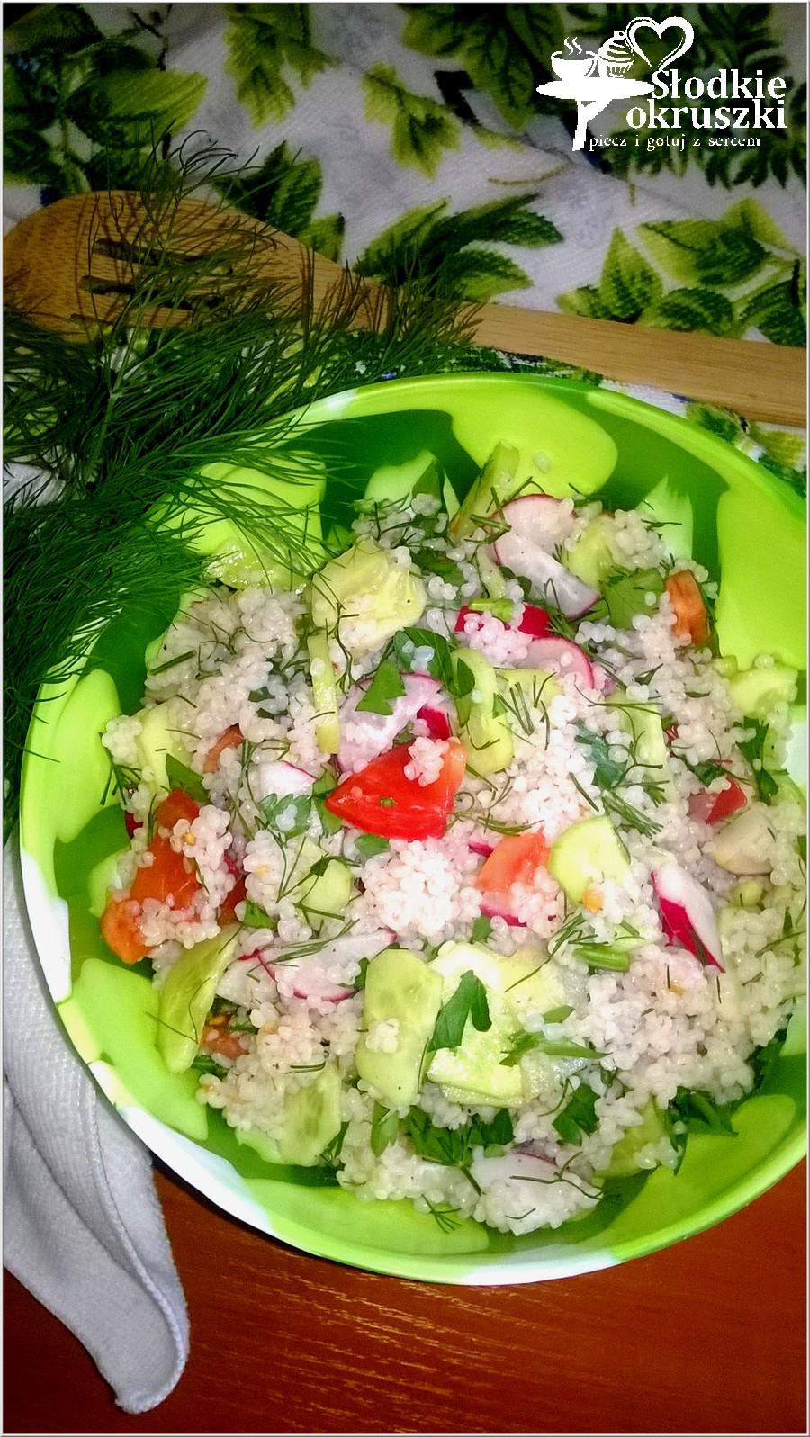 Zdrowa sałatka z kaszą jęczmienną i warzywami (1)