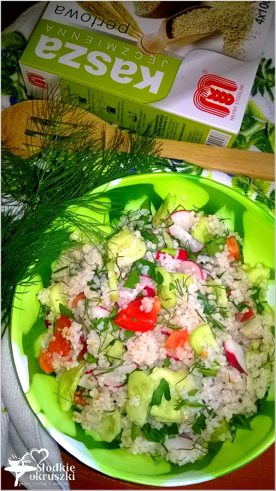 Zdrowa sałatka z kaszą jęczmienną i warzywami (2)