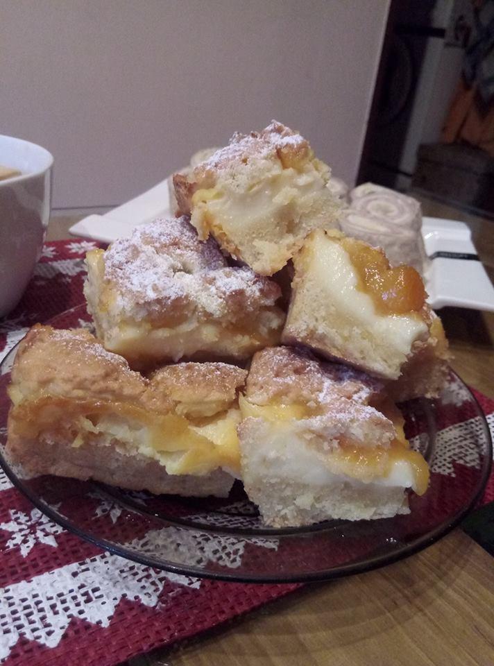 Kruche ciasto z dżemem brzoskwiniami i bananami Pani Monika W.