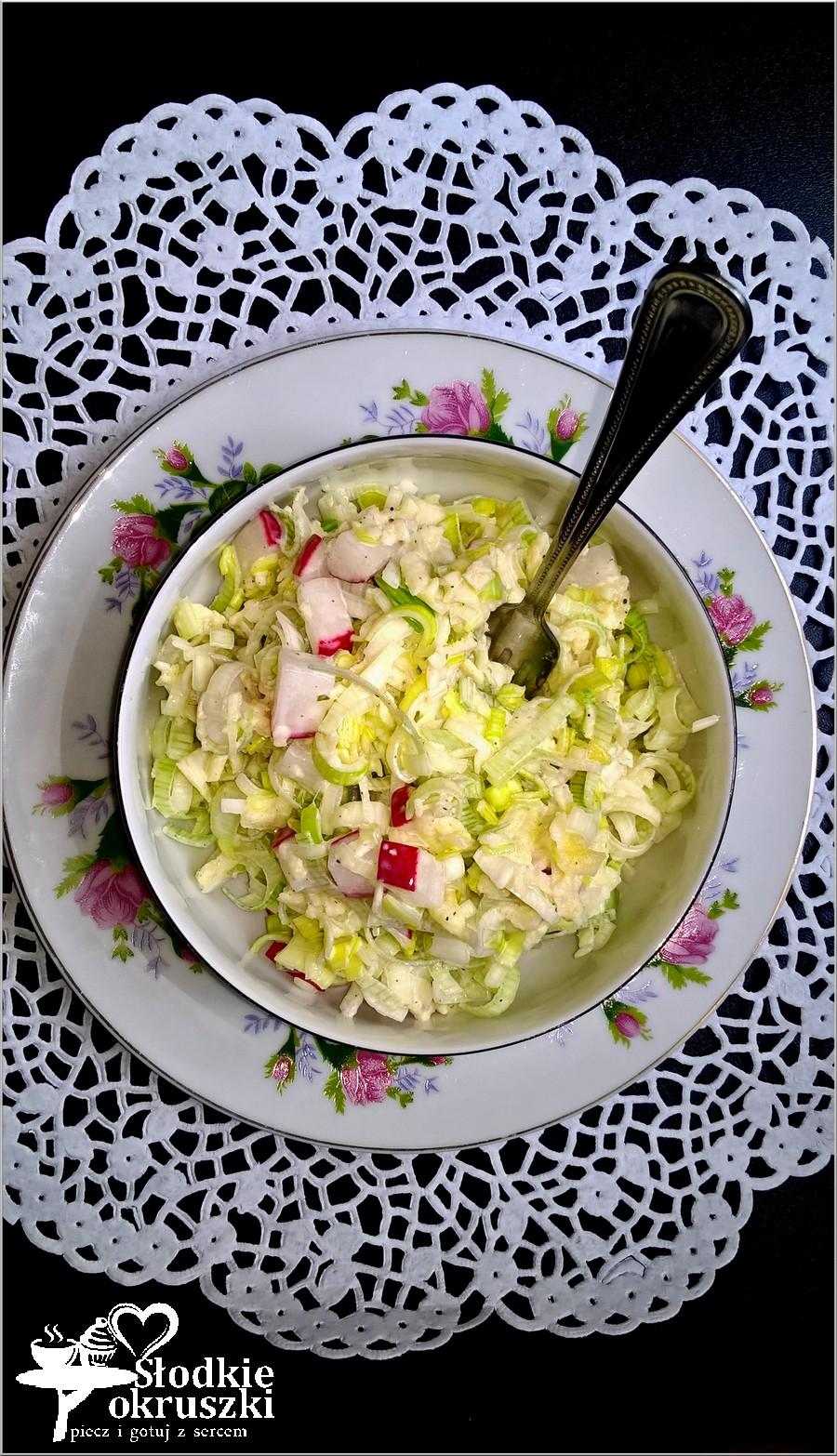 Szybka sałatka z pora w sosie czosnkowym (1)
