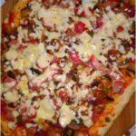 Domowa pizza z szynką. Prosty przepis na pizze.