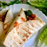 Grillowana tortilla z chrupiącym kurczakiem i kukurydzą