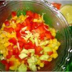 Kolorowa surówka obiadowa z zielonym ogórkiem, papryką i kukurydzą