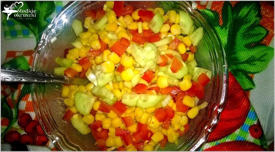 Kolorowa surówka obiadowa z zielonym ogórkiem, papryką i kukurydzą (2)