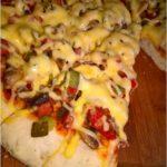 Domowa pizza na grubym cieście (z farszem na bazie kiełbasy, pieczarek i papryki)