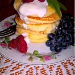 Placuszki ryżowe z owocami. Pyszne i zdrowe śniadanie.