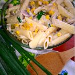 Szybka sałatka makaronowa z pieczarkami, ogórkiem i kukurydzą