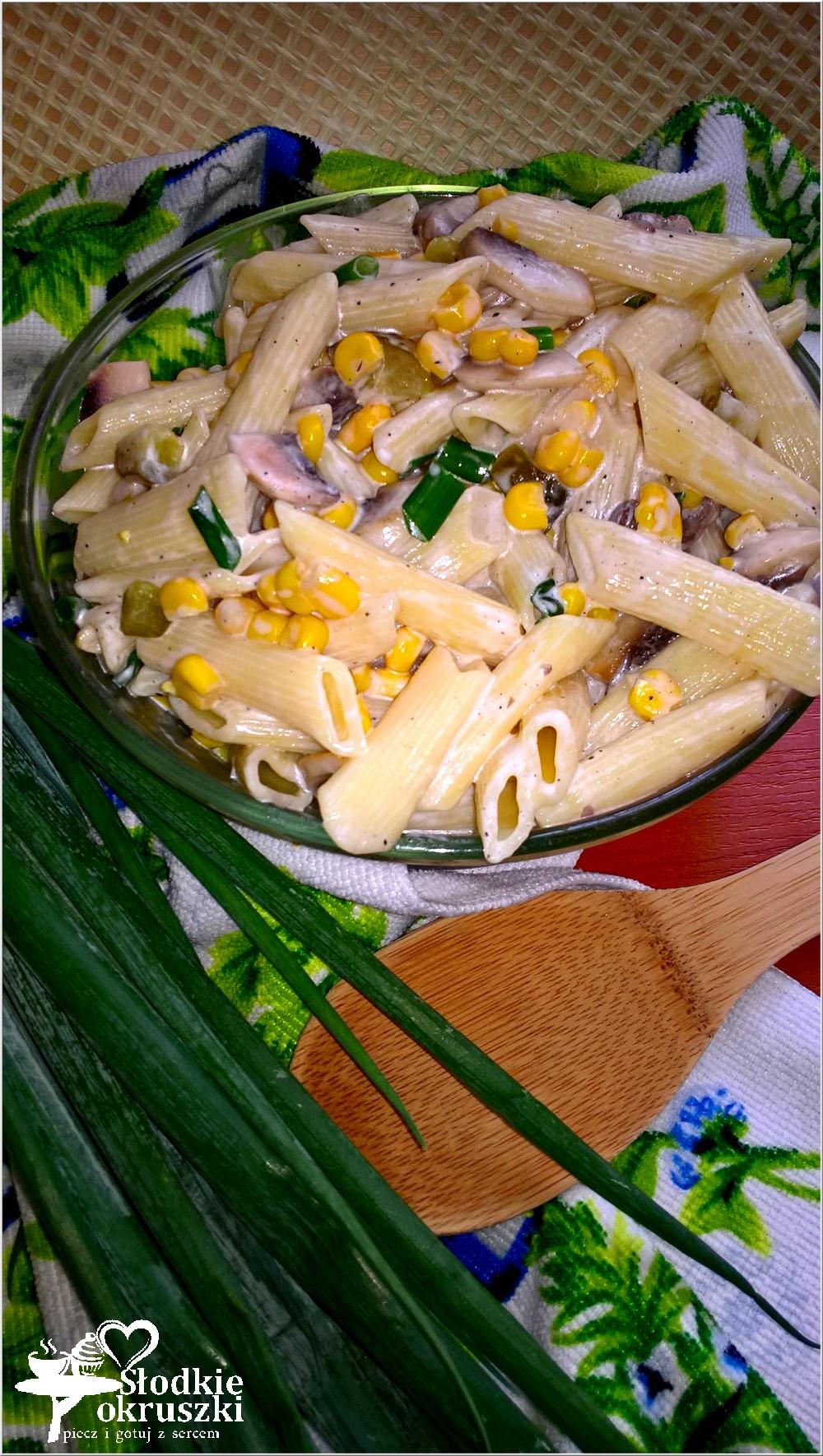 szybka-salatka-makaronowa-z-pieczarkami-ogorkiem-i-kukurydza