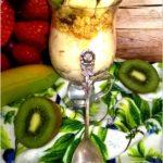 Śniadaniowy pucharek z warstwą kaszy manny, musli i owocami
