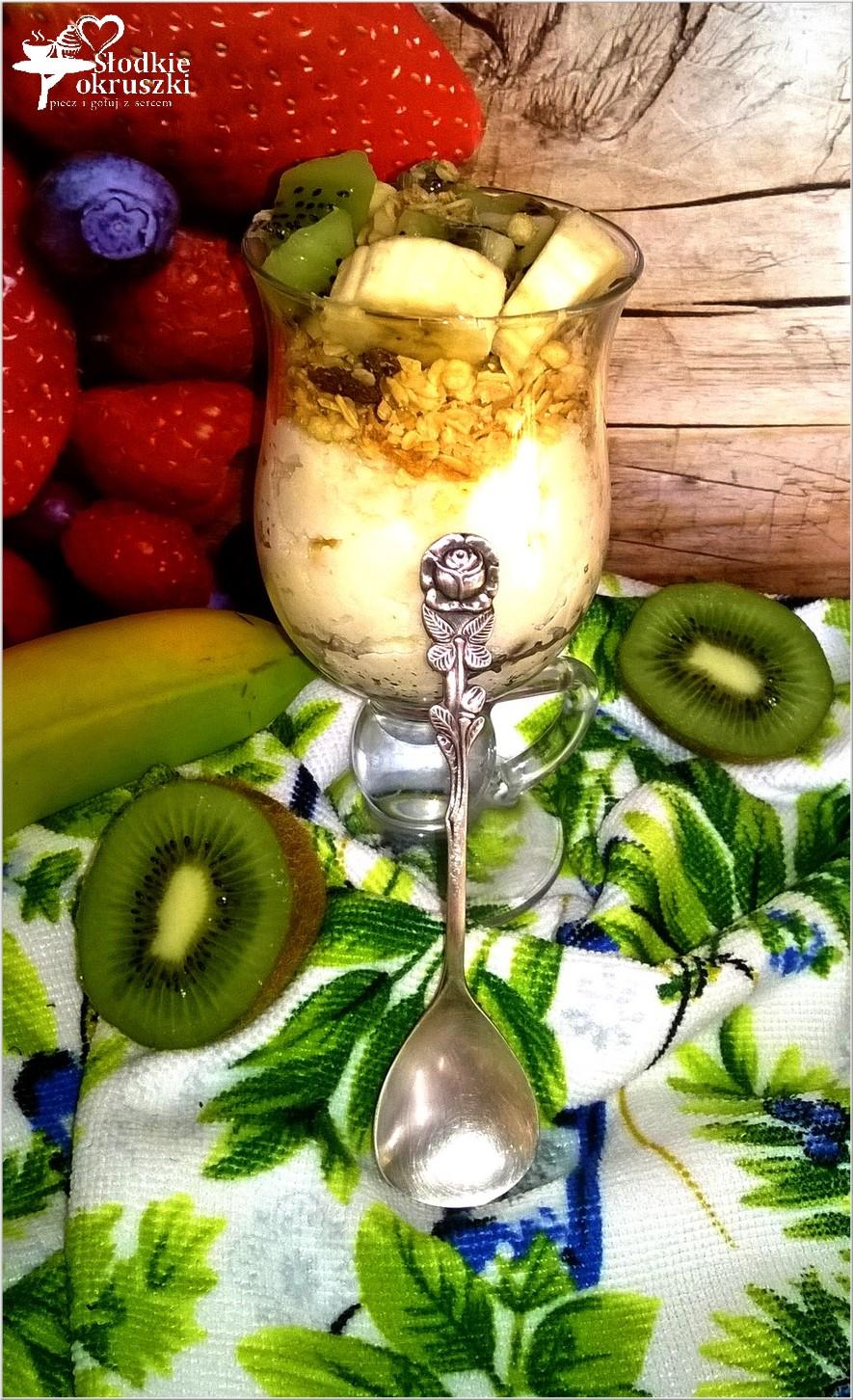 sniadaniowy-pucharek-z-warstwa-kaszy-manny-musli-i-owocami-1