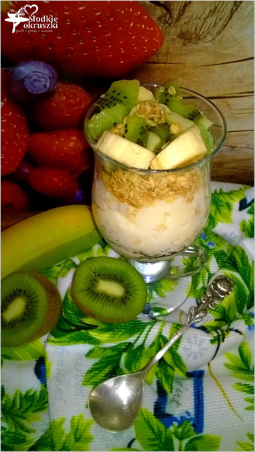 sniadaniowy-pucharek-z-warstwa-kaszy-manny-musli-i-owocami-2