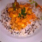 Aromatyczny kurczak w carry z ryżem. Zdrowy i pożywny obiad.