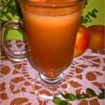 Naturalny i zdrowy domowy sok owocowo marchwiowy