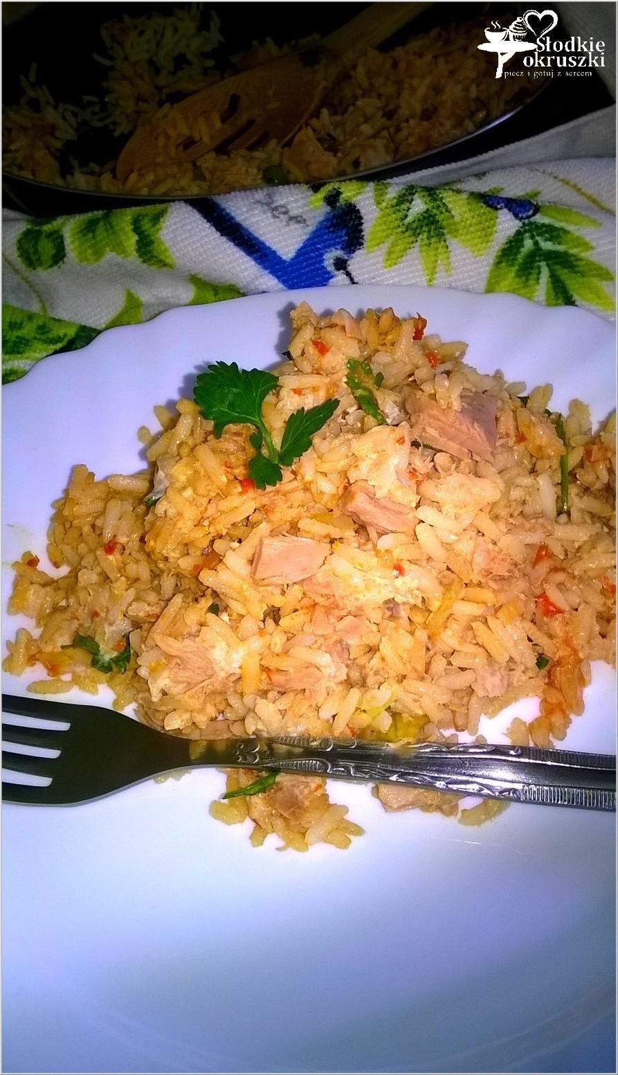 obiad-brazowy-ryz-z-tunczykiem-i-ajvarem