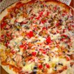 Pizza na ziołowym cienkim cieście (z szynką, papryką i pieczarkami). Przepis na dwie pizze 30 cm.
