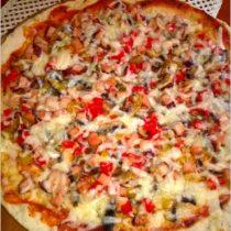 pizza-na-ziolowym-cienkim-ciescie-z-szynka-papryka-i-pieczarkami-przepis