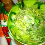Zielona sałatka z kiełkami i ogórkiem