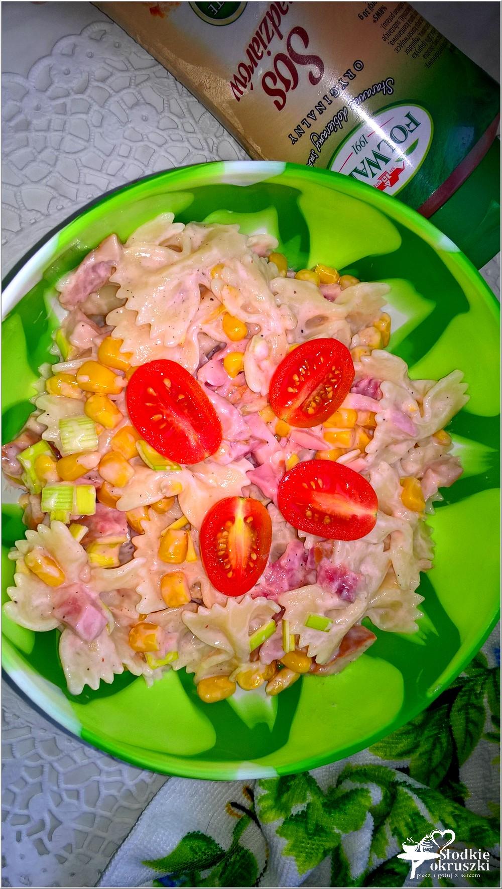 makaronowa-salatka-z-wedzonym-kurczakiem-i-sosem-jogurtowo-madziarskim-2