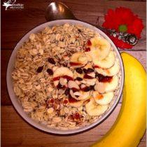 platki-jeczmienne-z-makiem-i-zdrowymi-dodatkami-sniadanie-na-start