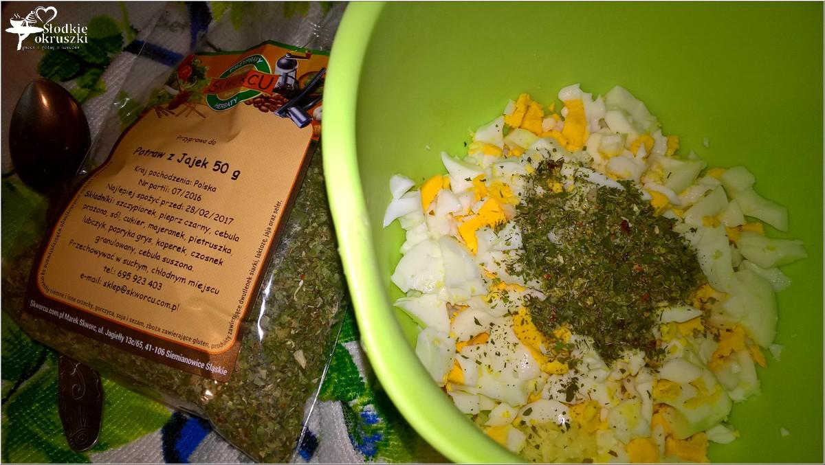 pasta-jajeczna-z-serem-prazona-cebulka-i-przyprawami-3
