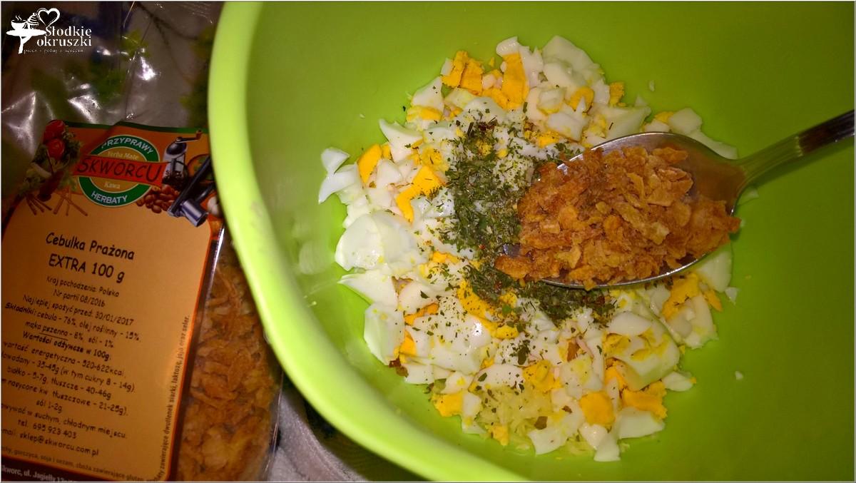 pasta-jajeczna-z-serem-prazona-cebulka-i-przyprawami-4