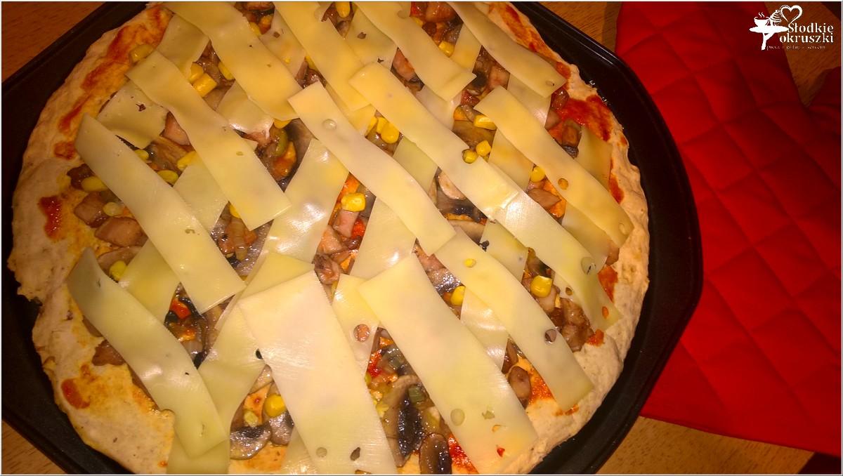 pizza-z-wedzonym-kurczakiem-na-ciescie-z-prazona-cebulka-3