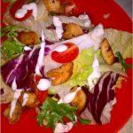 Szybka sałatka z gyrosem, sosem czosnkowym i pomidorkami