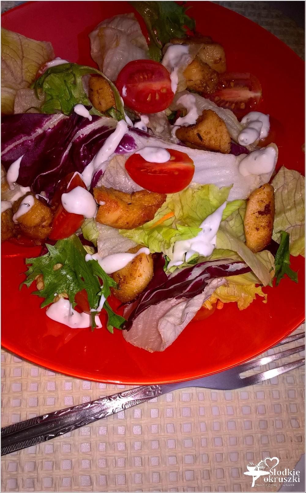 szybka-salatka-z-gyrosem-sosem-czosnkowym-i-pomidorkami-2