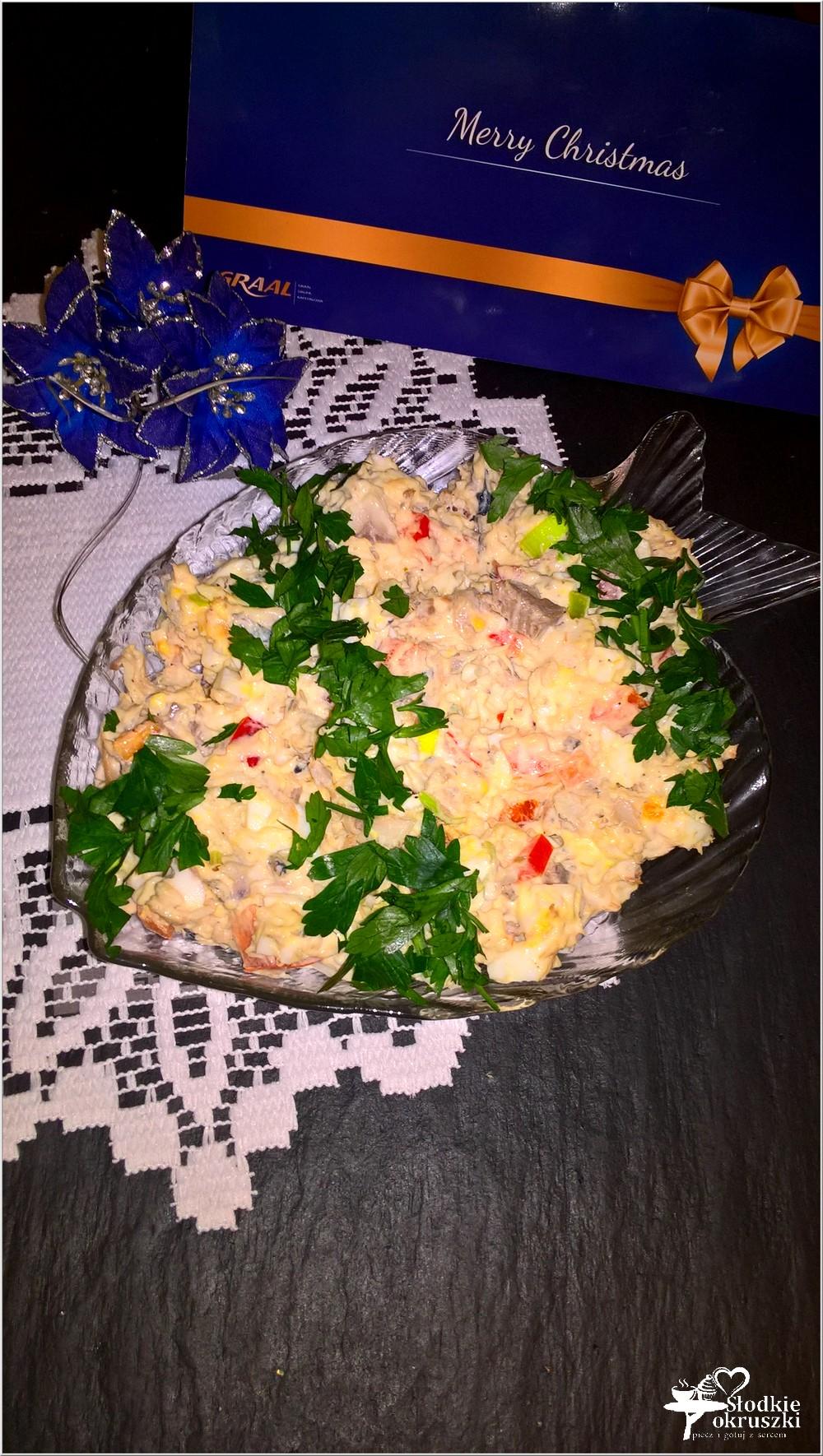swiateczna-salatka-z-filetami-ze-sledzia-jajkiem-i-papryka-1