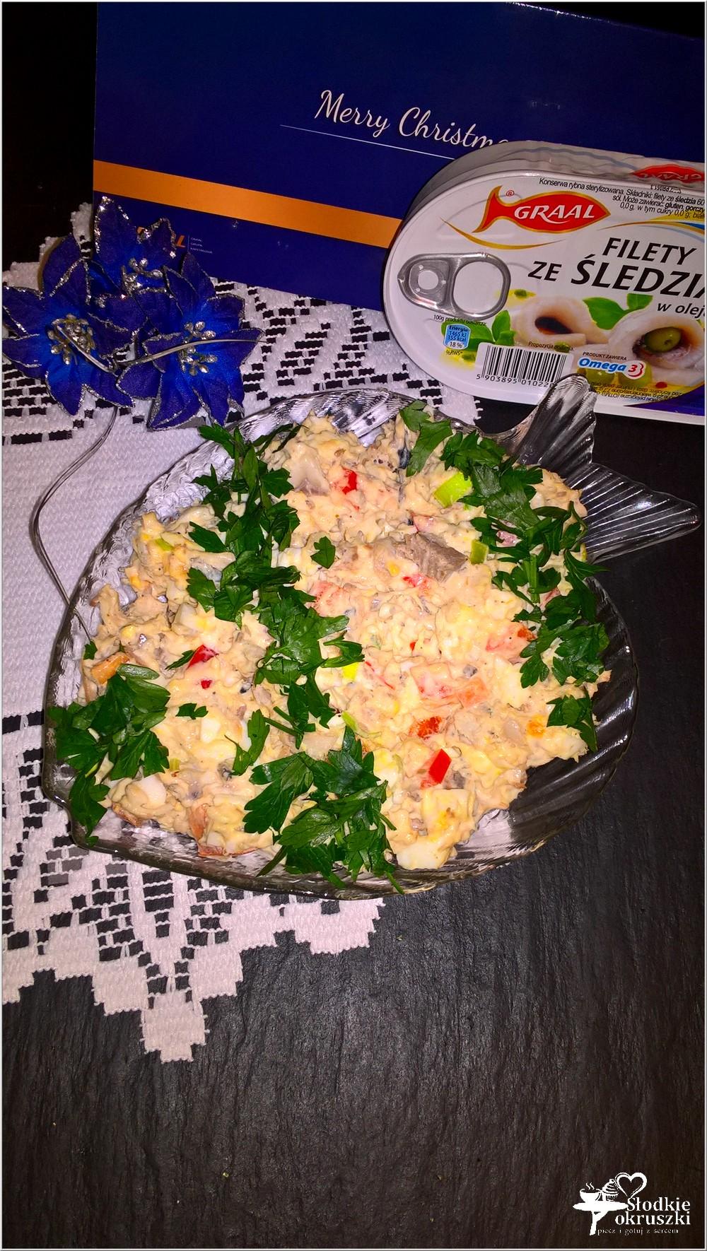 swiateczna-salatka-z-filetami-ze-sledzia-jajkiem-i-papryka-3