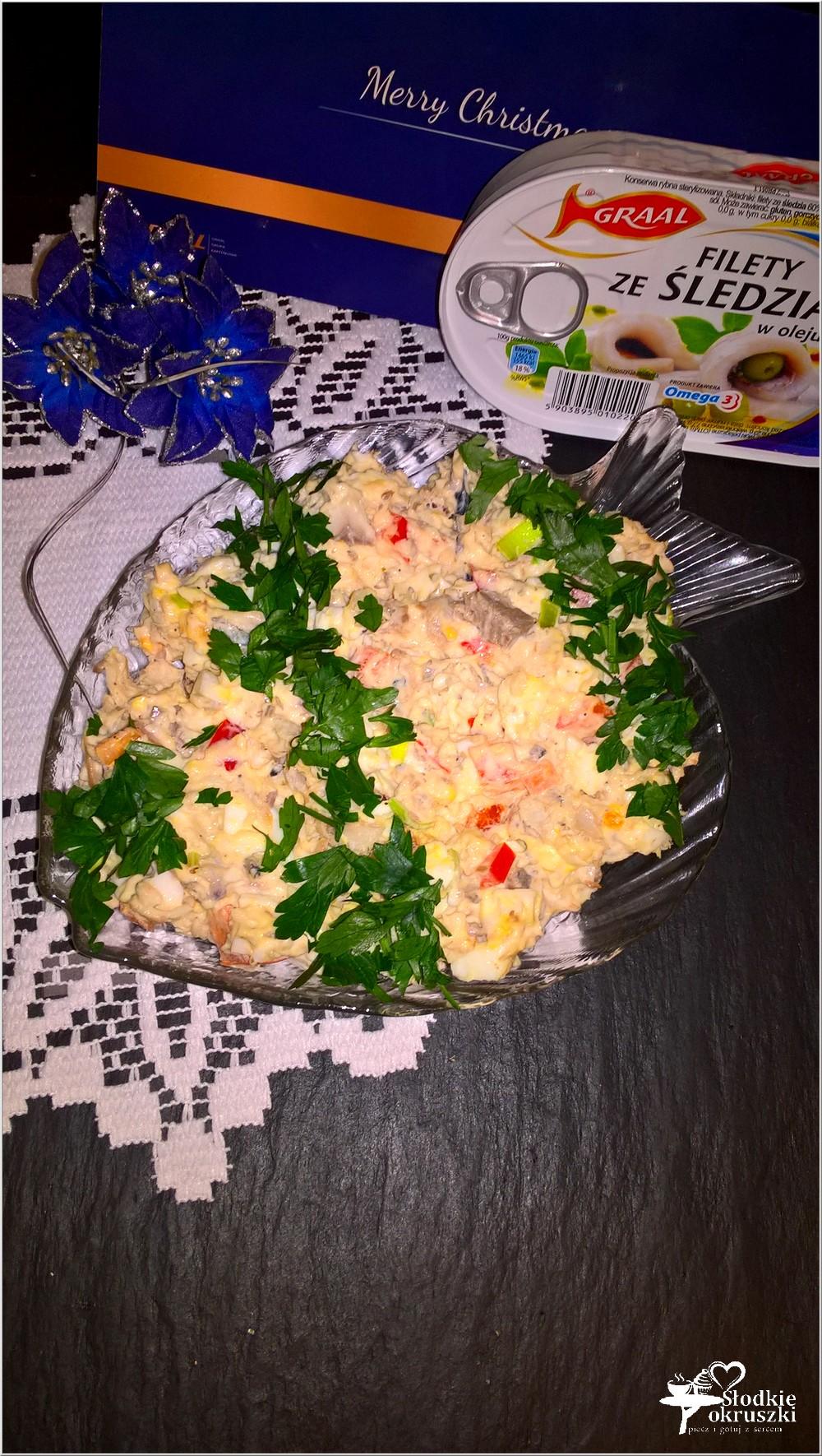 swiateczna-salatka-z-filetami-ze-sledzia-jajkiem-i-papryka-4