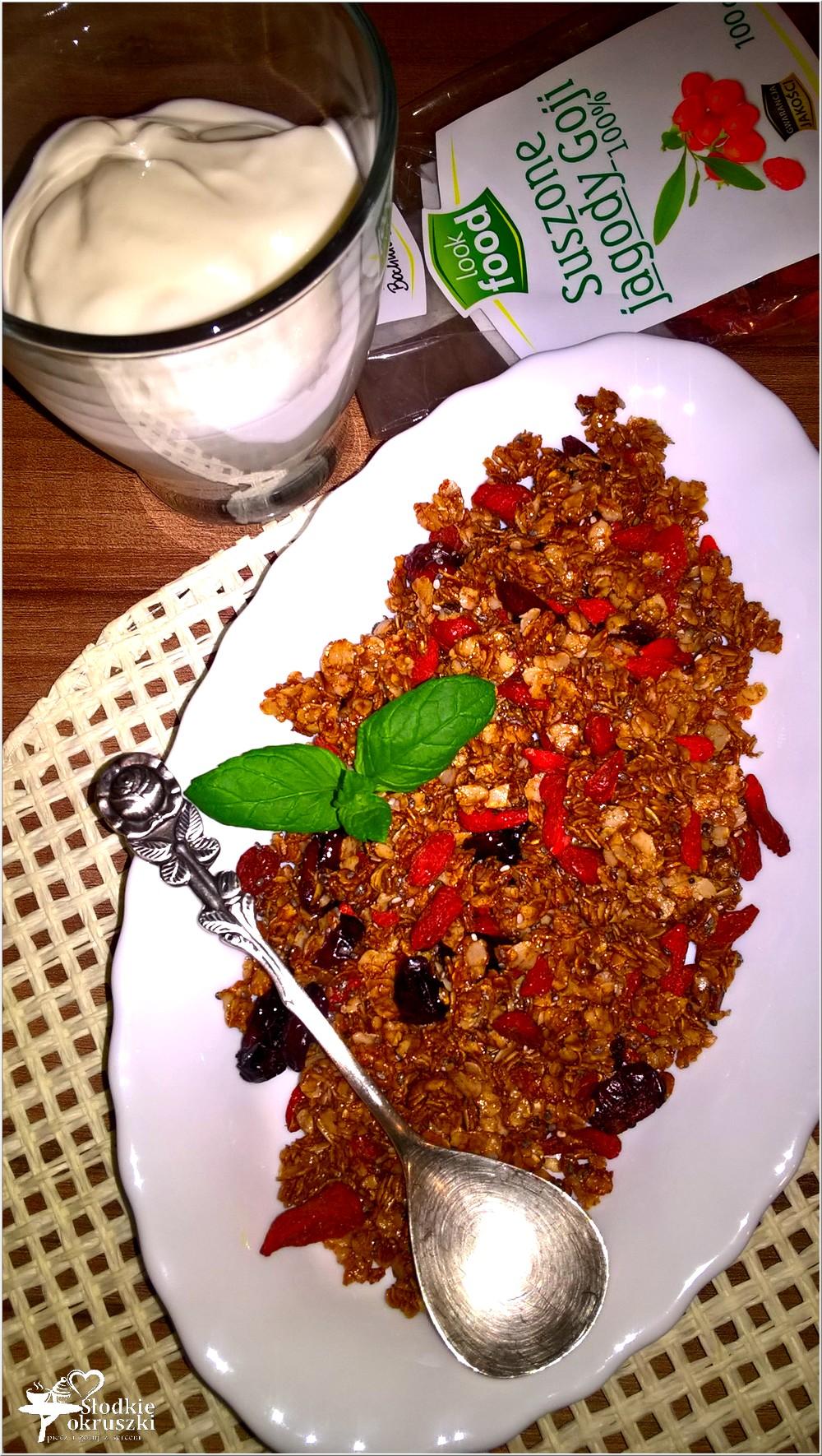 domowa-granola-z-melasa-i-jagodami-goji-2