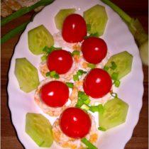 nadziewane-pomidorki-na-ryzowo-buraczanych-wafelkach-szybka-przekaska-1