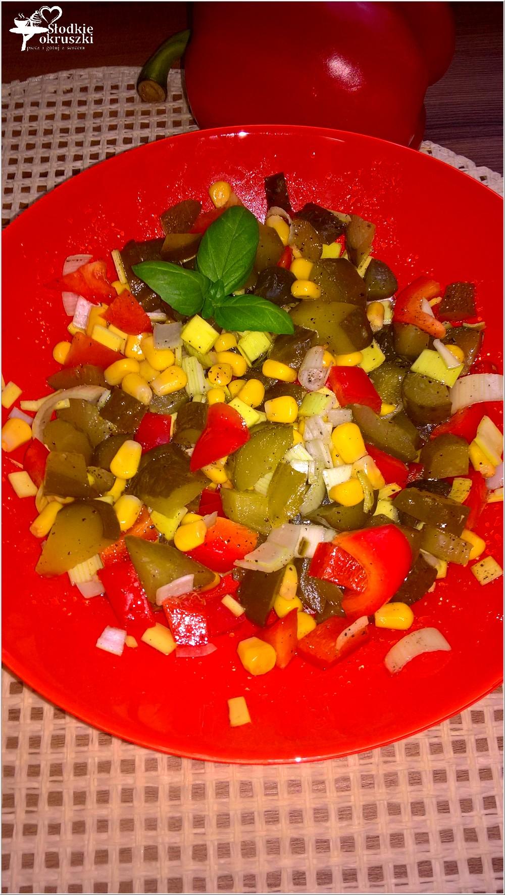 salatka-z-ogorkiem-kiszonym-papryka-i-kukurydza-1