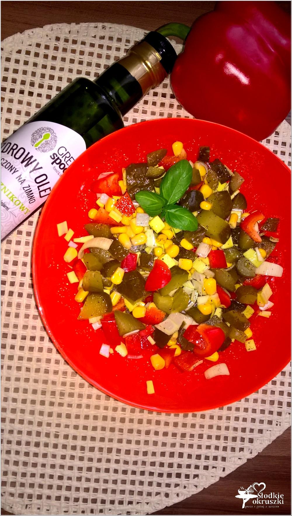 salatka-z-ogorkiem-kiszonym-papryka-i-kukurydza-3