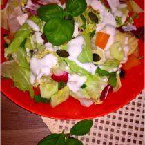 szybka-salatka-w-lekkim-sosie-czosnkowym-z-pestkami-dyni-1