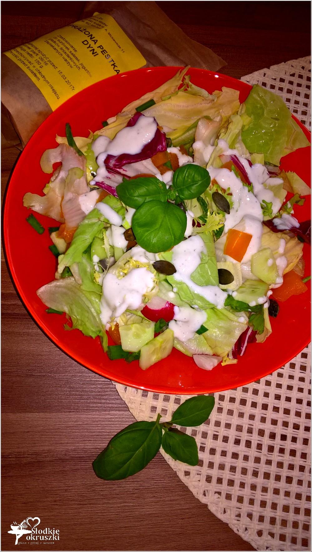 szybka-salatka-w-lekkim-sosie-czosnkowym-z-pestkami-dyni-2