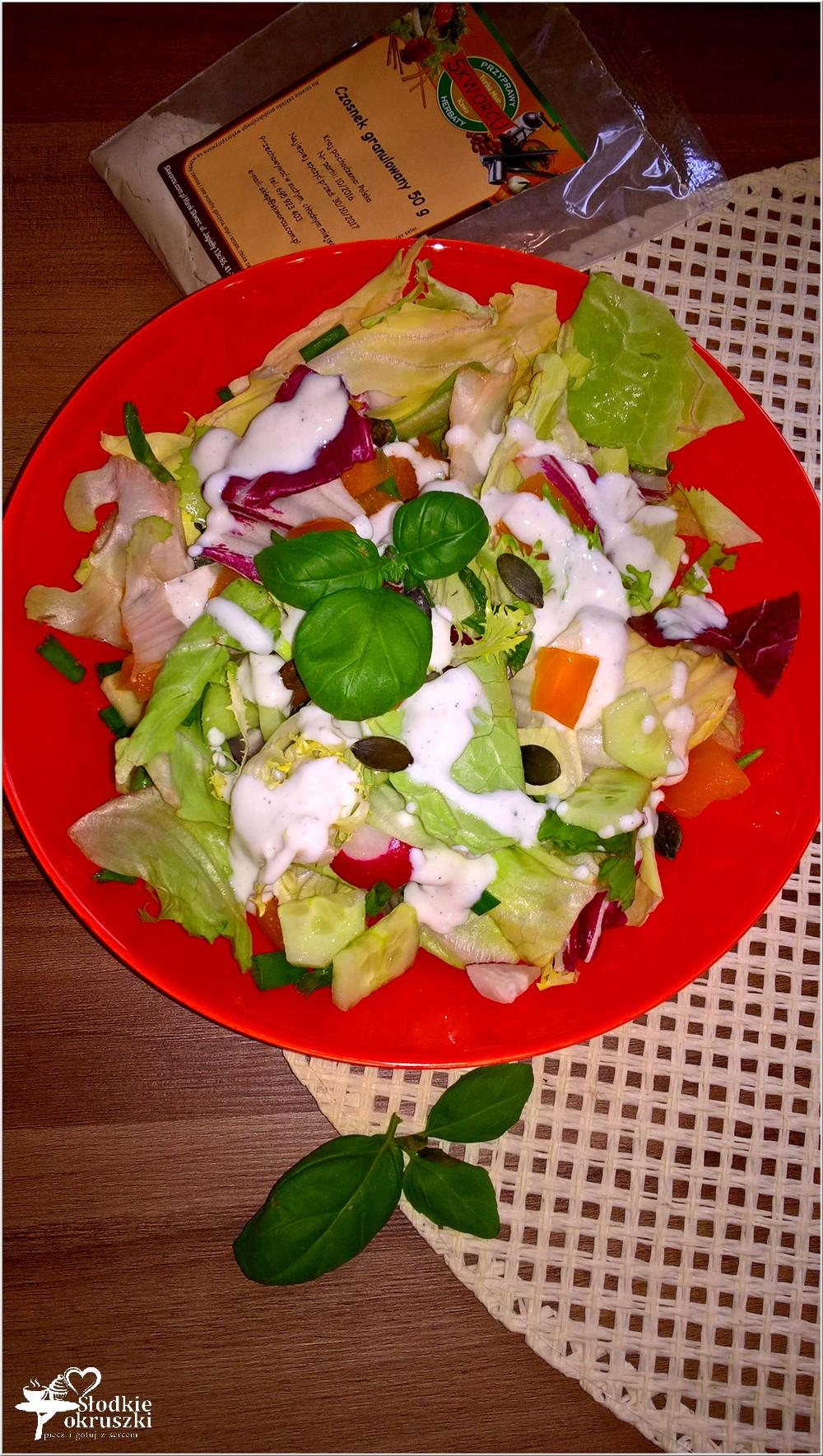 szybka-salatka-w-lekkim-sosie-czosnkowym-z-pestkami-dyni-3