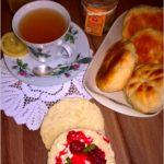 Domowe bułeczki i rozgrzewająca herbata z cytrynką i imbirem