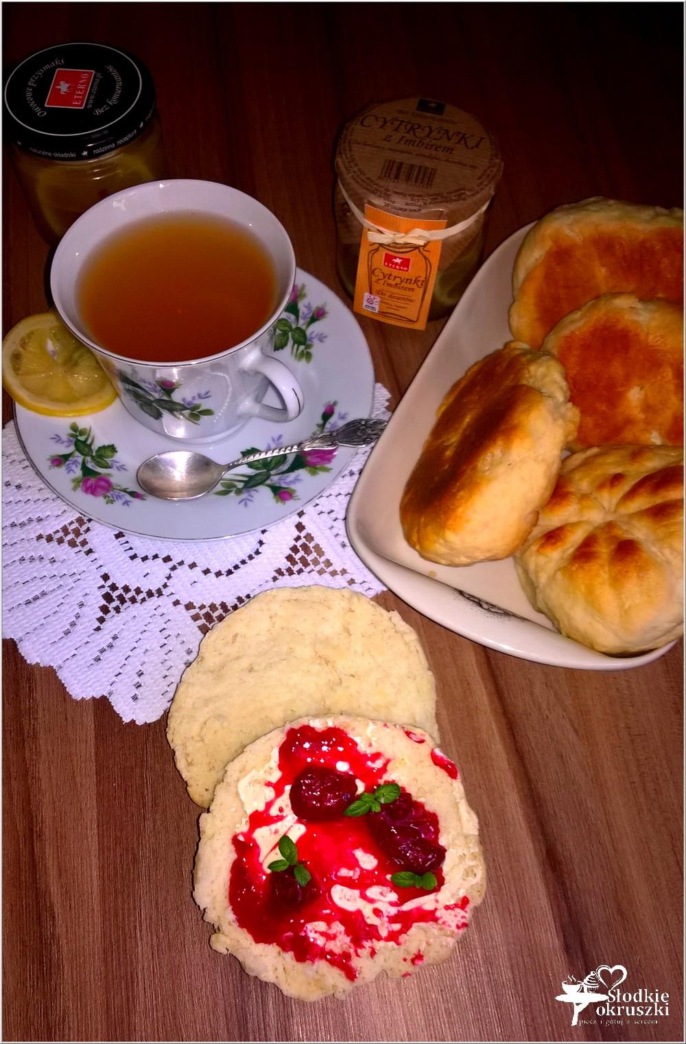 Domowe bułeczki i rozgrzewająca herbata z cytrynką i imbirem (1)
